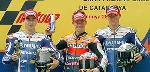 Il podio del GP di Catalunya: Lorenzo, Stoner, Spies. Epa