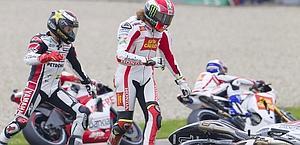 Lorenzo e Simoncelli dopo la caduta al 1° giro. Reuters