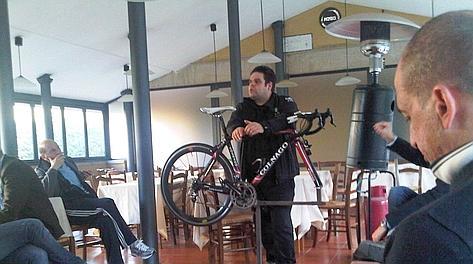 Riccardo Carpentieri durante la lezione di meccanica da Zì Martino