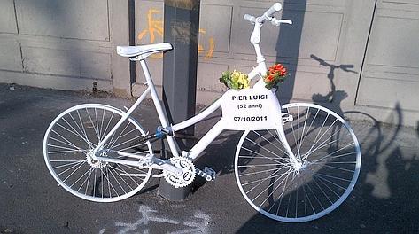 La bicicletta bianca in viale Sarca a Milano che ricorda Pier Luigi Todisco.