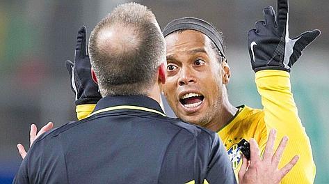 Ronaldinho protesta con l'arbitro. Reuters