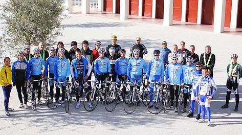 Foto di gruppo prima del via. Foto Jacopo Salvi