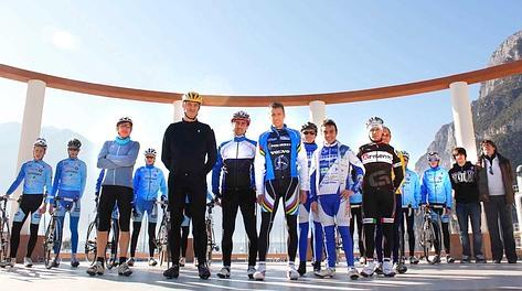 Maurizio Fondriest con alcuni dei partecipanti all'allenamento sul Garda. Foto Jacopo Salvi