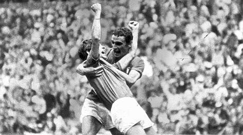 L'abbraccio tra Gianni Rivera e Gigi Riva dopo il 4-3 del milanista a Messico '70. Archivio Rcs