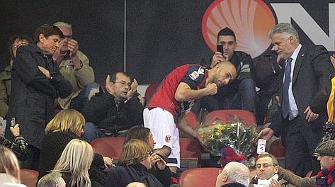 Marco Di Vaio posa un mazzo di fiori nel posto occupato da Lucio Dalla nell'ultima partita in casa del Bologna. Ansa