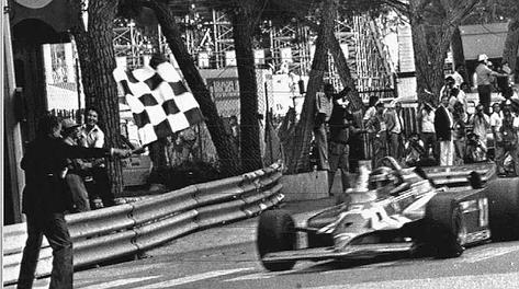 Gilles Villeneuve,  vince a Montecarlo nel 1981 con la Ferrari: prima vitotria di un motore turbo nel Principato. Ansa