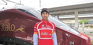 La maglia rossa indossata da un macchinista di Italo
