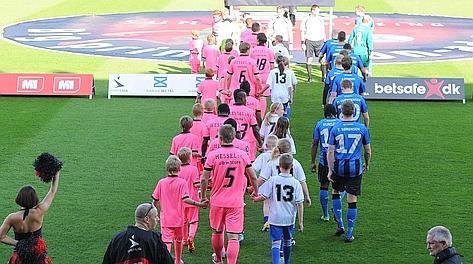 L'Herning, squadra della serie A danese, in campo in rosa in onore del Giro. LaPresse