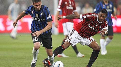 Thiago Motta nel derby Inter-Milan in un contrasto con Boateng. Ap