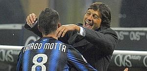 Motta con Leonardo, suo allenatore all'Inter e ora dirigente del Psg. Reuters