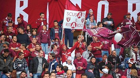 Uno dei tanti striscioni esposti dai tifosi del Torino. LaPresse
