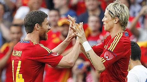 Xabi Alonso e Torres dopo il vantaggio della Spagna. Reuters