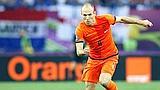 Arjen Robben sfida i compagni tedeschi del Bayern Monaco. Epa