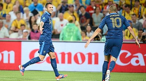Menez e Benzema festeggiano il gol del vantaggio. Afp