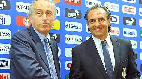 Il presidente della Figc Giancarlo Abete e il c.t. Cesare Prandelli. Ansa