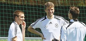 Lahm e Muller sorridenti in allenamento. LaPresse