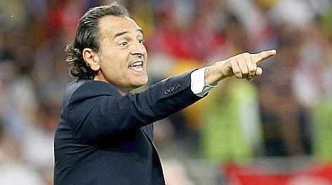 Cesare Prandelli si sbraccia in panchina. Ansa