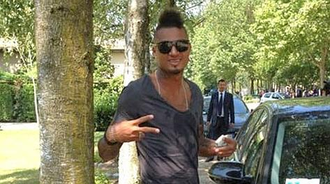 Kevin Prince Boateng, 25 anni, all'arrivo a Milanello. twitter@acmilan.com