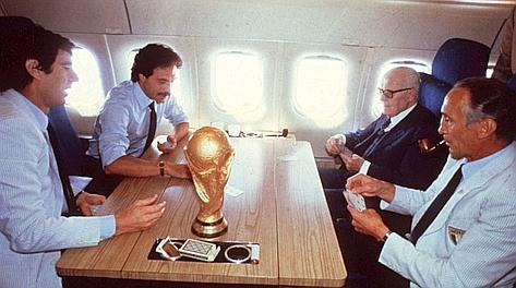 La storica partita di scopone tra Zoff, Causio, Pertini e Bearzot con la coppa al centro del tavolo