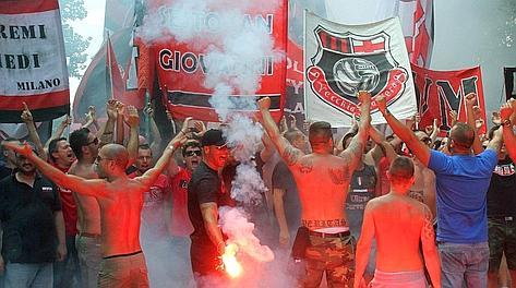 Tifosi rossoneri a Milanello nel giorno del raduno. Ansa