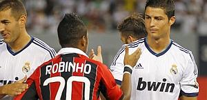 Il saluto tra Robinho e Cristiano Ronaldo. Reuters