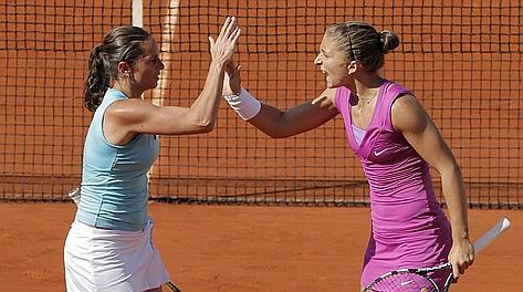 Roberta Vinci, 29 anni, e Sara Errani, 25, si congratulano in una gara di doppio. LaPresse