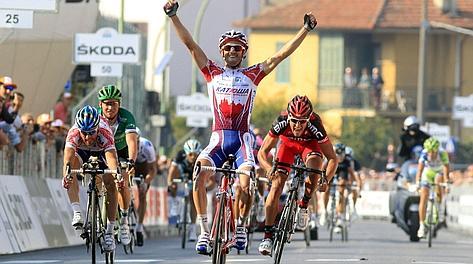 L'arrivo a braccia alzate di Daniel Moreno al Gran Piemonte 2011. Bettini