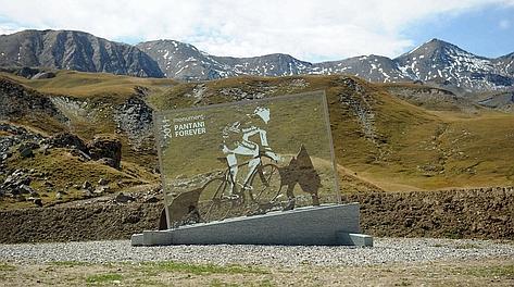 La stele dedicata a Pantani