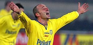 L'esultanza dopo un gol con la maglia del Chievo nel 2002. Ap