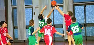 Ragazzini che giocano a basket