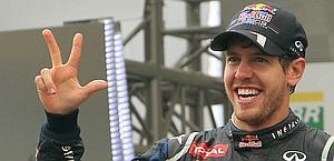 Sebastian Vettel e il simbolo del terzo titolo. Afp