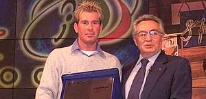 Graziano Gasparre premiato nel 2000 da Candido Cannavò