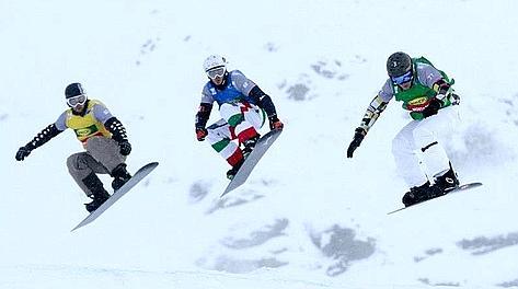 Luca Matteotti (al centro) nel team event di snowboardcross. Fis