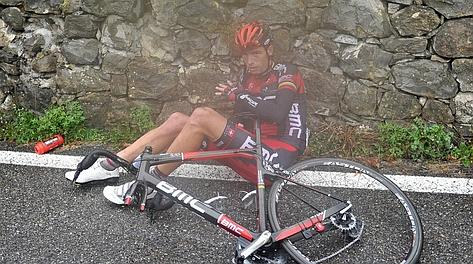 Alessandro Ballan, 33 anni, a terra dopo una caduta all'ultimo Lombardia. LaPresse