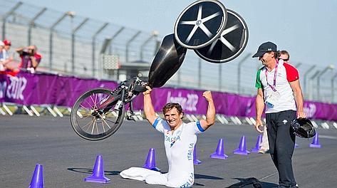 Alex Zanardi, 46 anni, solleva l'handbike per festeggiare l'oro nella cronometro. Ap