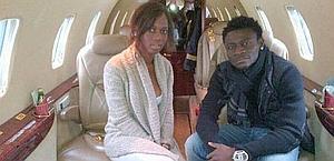 Abigail Barwuah e Oba Oba Martins a bordo di un un jet privato