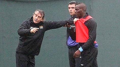 Mancini a contatto con Balotelli in allenamento. Daily Mail