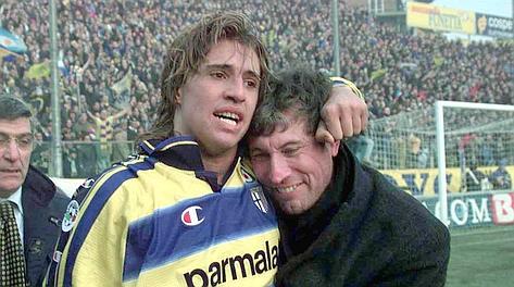 Il Parma di Malesani, in 9, sta perdendo 0-1: Crespo nel recupero firma l'1-1. Ap