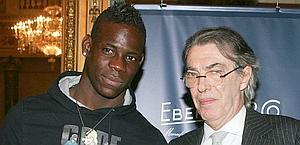 Balotelli con Massimo Moratti. Ansa