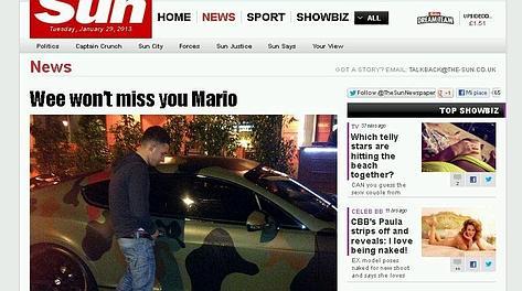 La foto pubblicata dal Sun con un tifoso (?) che fa pipì sull'auto di Balotelli.