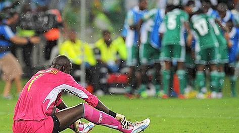 Lo sconforto di Samassa, portiere maliano. Sullo sfondo, l'esultanza nigeriana. Afp