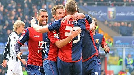 Juraj Kucka abbracciato dopo il gol di testa. LaPresse