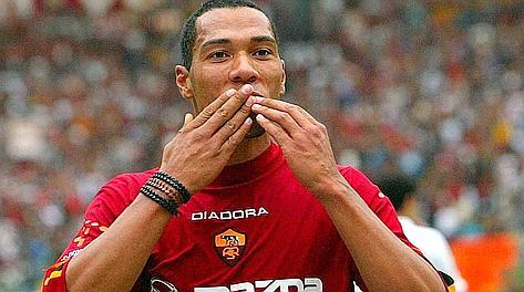 John Carew, 33 anni, dopo un gol ai tempi della Roma.
