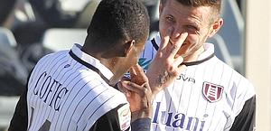 Isaac Cofie celebra il suo gol con Cyril Thereau. Ap