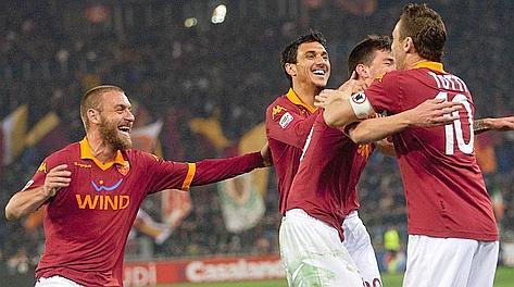 L'abbraccio tra Totti e Romagnoli. Ansa