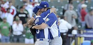 Il manager Mazzieri abbraccia Grilli, autore della salvezza. Ratti