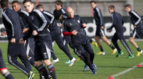 Arjen Robben e compagni durante il riscaldamento della vigilia. Ap