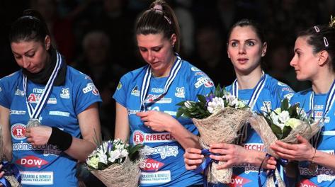 Le ragazze della Rebecchi con la medaglia d'argento al collo. www.cev.lu