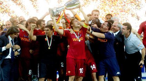 Francesco Totti festeggia la Supercoppa vinta contro l'Inter. Ansa