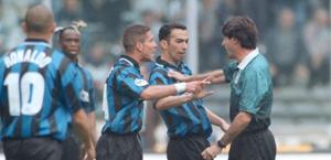 Le proteste nerazzyurre con l'arbitro Ceccarini. Ansa